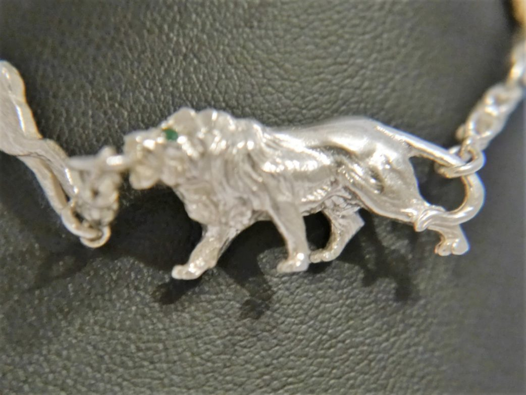 prowling-lion-from-5-charm-animal-bracelet